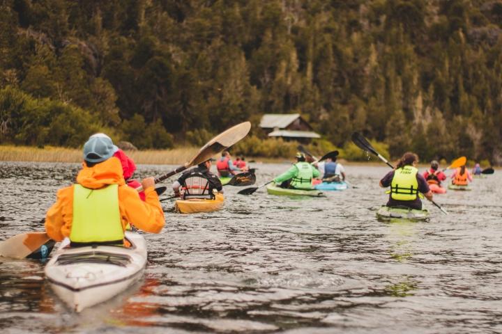 Travesía inolvidable: navegar en canoa sobre el río y el lago Pulmarí.